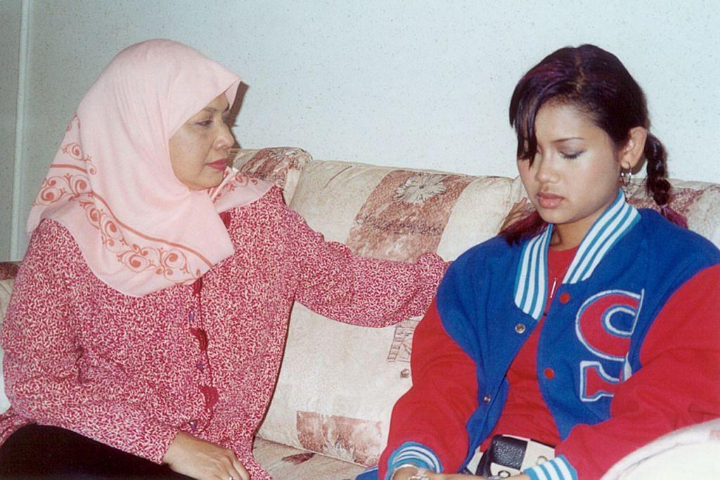 ANAK METROPOLITAN: Rahimah Rahim (kiri) dalam drama Anak Metropolitan. - Foto fail