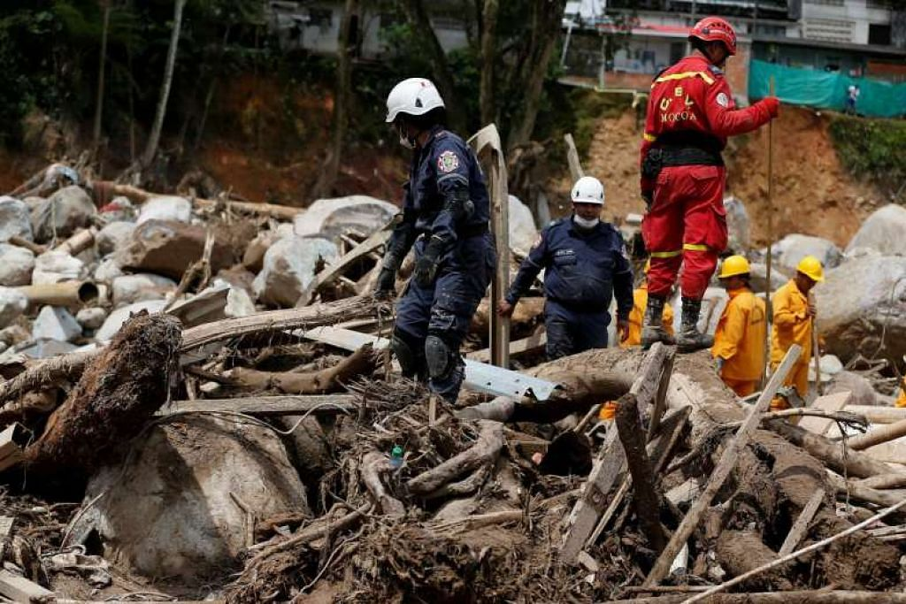 BENCANA ALAM: Kakitangan penyelamat berusaha mencari mangsa yang terperangkap dalam banjir lumpur di Mocoa, Colombia. - Foto REUTERS