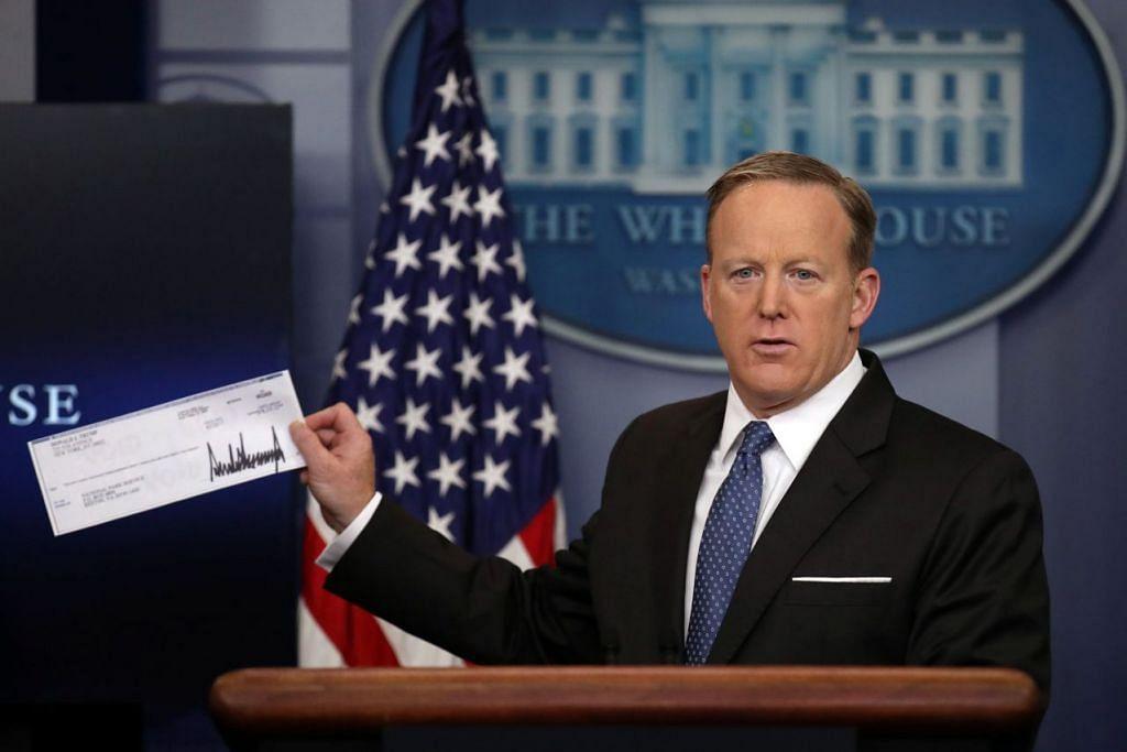 SUMBANGAN PRESIDEN: Setiausaha Akhbar Rumah Putih, Encik Sean Spicer, menunjukkan cek dari Presiden Amerika Syarikat, Encik Donald Trump, berupa kumpulan wang gaji beliau selama tiga bulan berjumlah hampir $110,000 yang didermakan kepada Perkhidmatan Taman Kebangsaan Amerika. - Foto REUTERS