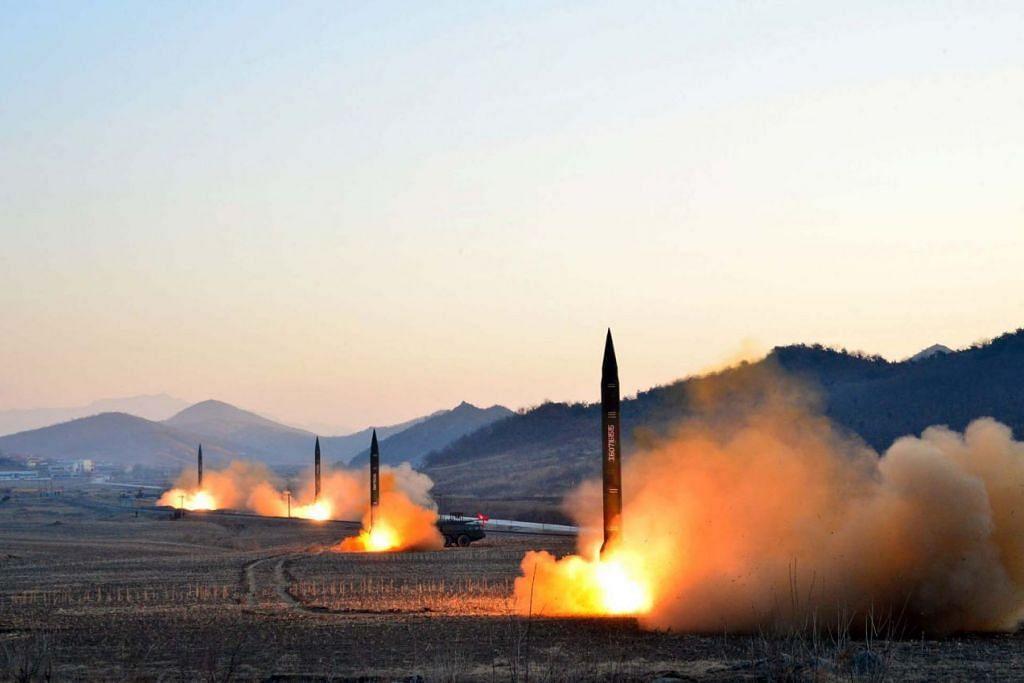PAPAR KEMAMPUAN: Gambar tidak bertarikh  yang disiarkan oleh Agensi Berita Central  Korea Utara  (KCNA)  pada awak Mac lalu yang memaparkan pelancara empat peluru balisitk oleh Tentera Rakyat Korea (KPA) semasa latihan tentera di tempat yang tidak didedahkan di Korea Utara. - Foto AFP