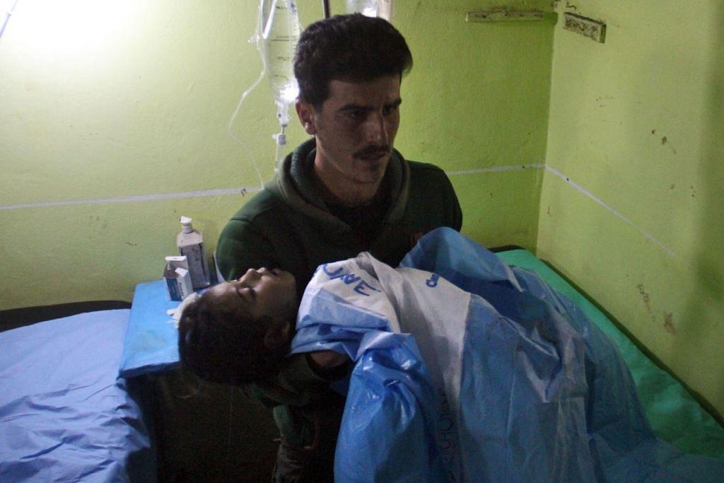 MANGSA SERANGAN KIMIA: Seorang kanak-kanak yang pengsan dibawa ke sebuah hospital di Khan Sheikhun, sebuah bandar di barat laut wilayah Idlib di Syria, yang dikuasai pemberontak, menyusuli serangan yang disyaki menggunakan gas toksik pada 4 April lalu.  Serangan itu dikatakan mengorbankan sekurang-kurangnya 58 warga biasa termasuk beberapa kanak-kanak. - Foto AFP