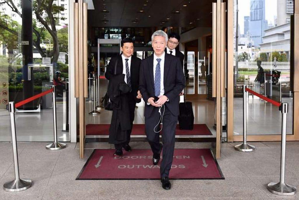 KEMUKA RAYUAN: Salah seorang anak mendiang Encik Lee Kuan Yew, Encik Lee Hsien Yang, dilihat berjalan keluar dari bangunan Mahkamah Tinggi, hari ini. - Foto THE STRAITS TIMES