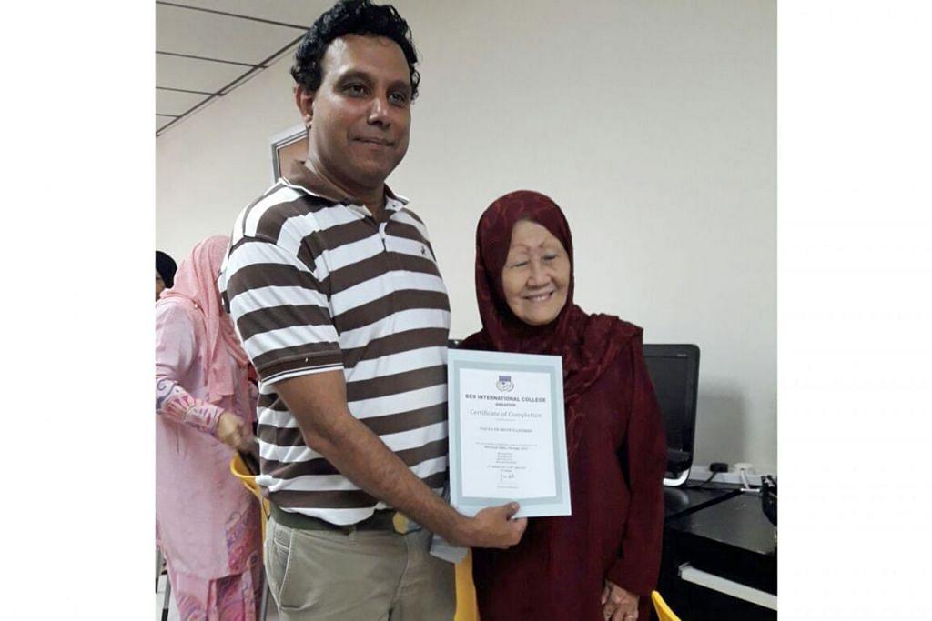 NENEK CANGGIH: Cik Doulath bangga menunjukkan sijil tamat pengajian bagi kursus Microsoft dengan memanfaatkan program Skillsfuture. Di sebelah beliau adalah guru kursus tersebut, Encik Fauzi Abdat. - Foto ROSEBI MOHD SAH