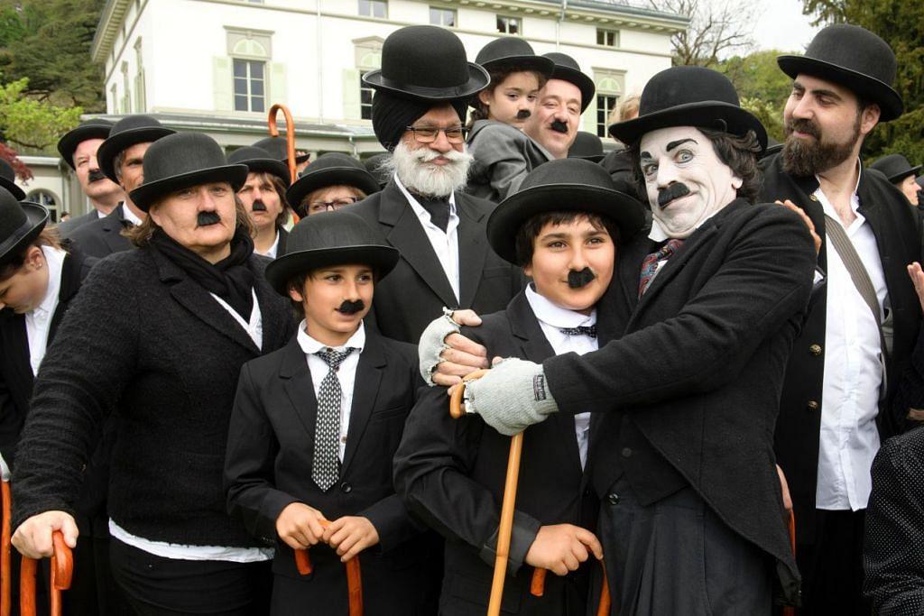 MENGHARGAI SENIMAN: Seramai 662 orang yang berlagak selaku 'The Tramp' bergambar beramai-ramai bagi meraikan ulangtahun pertama Chaplin's World By Grevin, dan harijadi Charlie Chaplin, sedang pihak muzium mencatat rekod dunia sebagai perhimpunan terbesar orang yang berpakaian mengikut watak yang dijayakan Charlie Chaplin dalam satu acara pada 16 April 2017.  Chaplins World, merupakan sebuah muzium yang mengetengahkan kehidupan dan kerjaya pelawak itu dan terletak di Manoir de Ban dan di taman di mana Chaplin keluarganya tinggal antara 1952 hingga 1977. - Foto AFP