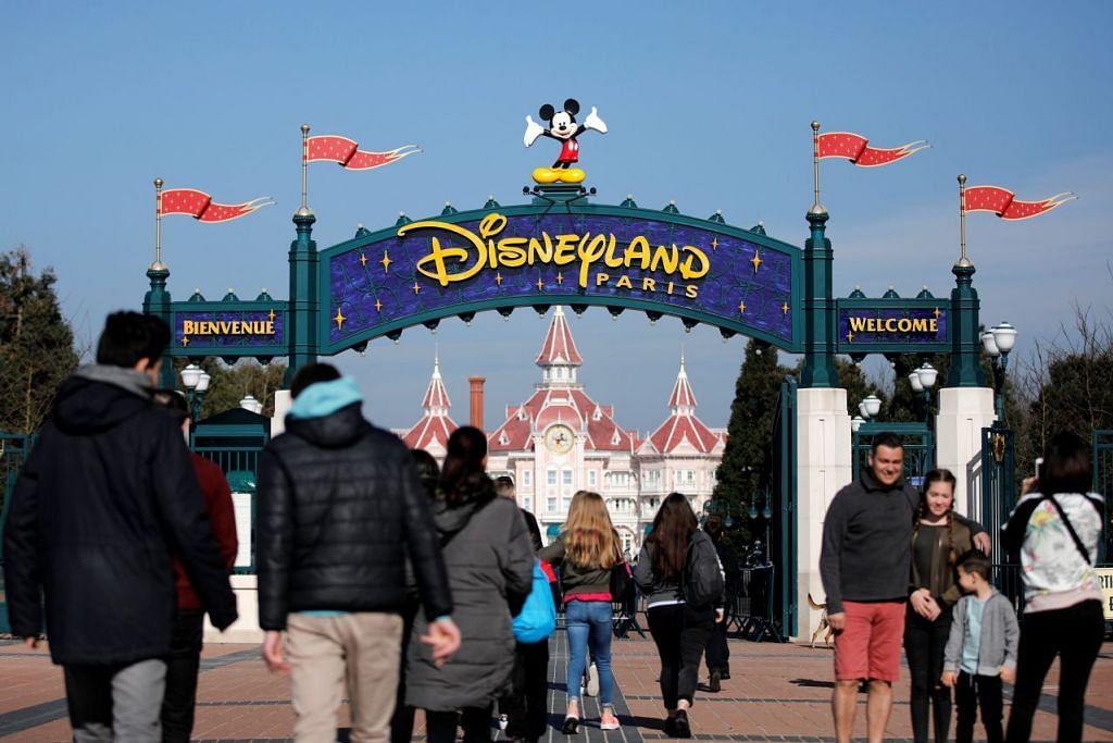 IMPIAN INDONESIA: Watak Disney, Mickey Mouse, kelihatan di pintu masuk ke taman tema Disneyland Paris semasa ulangtahun ke-25 taman tersebut yang terletak di Marne-la-Vallee, dekat Paris, pada 25 Mac lalu. Pemerintah Indonesia bercadang membangunkan taman tema serupa di Boyolali, Jawa Tengah dan pembinaannya dijangka bermula pada September ini. - Foto REUTERS