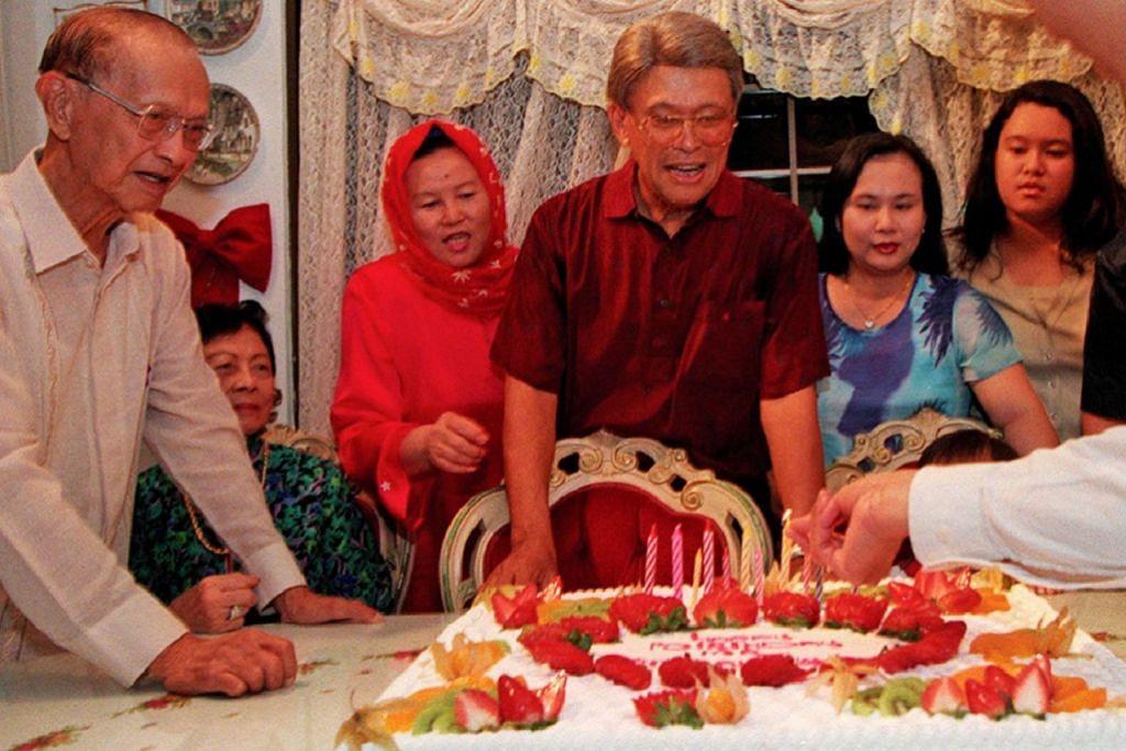 ULANG TAHUN KE-75: Encik Othman menyambut ulang tahunnya yang ke-75 pada tahun 1999 bersama keluarga dan beberapa teman rapat di rumahnya, termasuk mantan Presiden Wee Kim Wee (paling kiri) yang telah berkawan rapat dengannya sejak 1947.