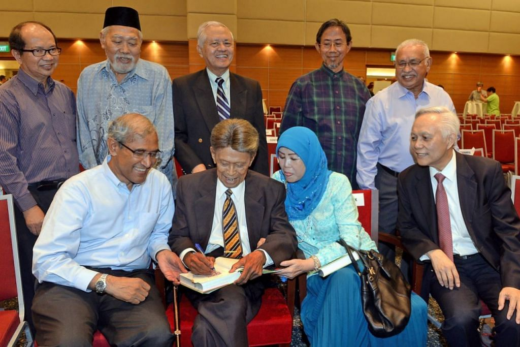 KENANGAN BERSAMA: Allahyarham Othman Wok menjadi tetamu terhormat menandatangani buku bertajuk Kami Juga Berkhidmat - Refleksi Bekas AP-AP PAP Singapura dengan diperhatikan Duta Singapura ke Kuwait, Haji Zainul Abidin Rasheed (duduk, kiri), pada Julai 2014. Buku itu dilancarkan di auditorium News Centre, Singapore Press Holdings, Toa Payoh. Turut hadir ialah mantan AP Melayu PAP, (berdiri dari kiri) Encik Zulkifli Mohammed, Encik Saidi Shariff, Haji Wan Hussin Zoohri, Haji Sidek Saniff dan  Haji Othman Haron Eusofe serta (duduk dari kanan) Encik Rohan Kamis dan isteri Allahyarham, Cik Lina Abdullah. - Foto fail