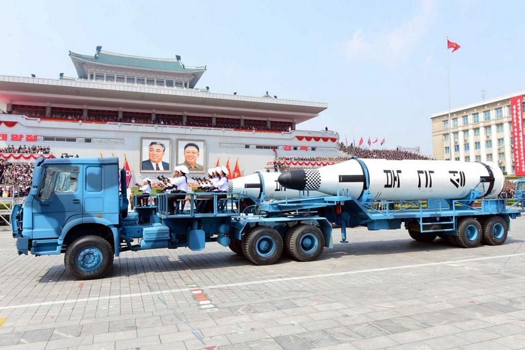 BUATAN CHINA: Kenderaan buatan China dilihat membawa peluru berpandu balistik ketika perarakan tentera Korea Utara pada Sabtu lalu, walaupun sekatan antarabangsa melarang perkakasan itu dijual kepada Pyongyang. – Foto REUTERS