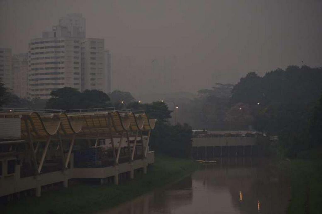KABUT: Jerebu melanda kawasan Pandan Canal dekat Sunset Way kira-kira 7 pagi tadi (21 Apr). - Foto THE STRAITS TIMES
