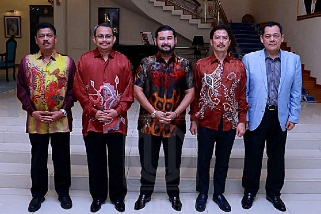 TANGANI RASUAH: Presiden Bola Sepak Malaysia, Tunku Ismail Sultan Ibrahim, (tengah) bergambar bersama pegawai kanan Suruhanjaya Pencegahan Rasuah Malaysia (SPRM). - Foto UTUSAN ONLINE