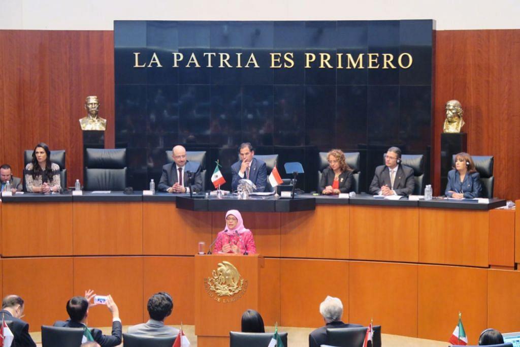 LAWATAN KE MEXICO: Cik Halimah menyampaikan ucapan kepada Senat Mexico tentang usaha memperbaharui hubungan dan mengukuhkan kerjasama. – Foto PARLIMEN SINGAPURA