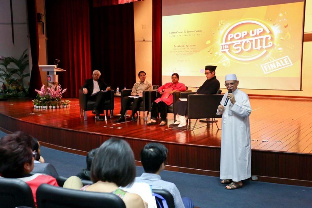 DIALOG ANTARA AGAMA: Imam Masjid Ba'alwie, Habib Hassan Al-Attas (berdiri, kanan), turut hadir di dialog anjuran CDC South East yang membincangkan hubungan antara muzik dengan agama. Duduk di pentas ialah Dr Maliki (dua dari kiri) bersama penceramah, Dr Larry Francis Hilarian, Profesor Madya Muzik daripada NIE-NTU (kiri); Cik Lalitha Vaidyanathan, konduktor Orkestra dan Koir India di bawah Bakat PA (dua dari kanan); dan Encik Shiu Lixin daripada Misi Tao Singapura (kanan). – Foto JAEDEN NG