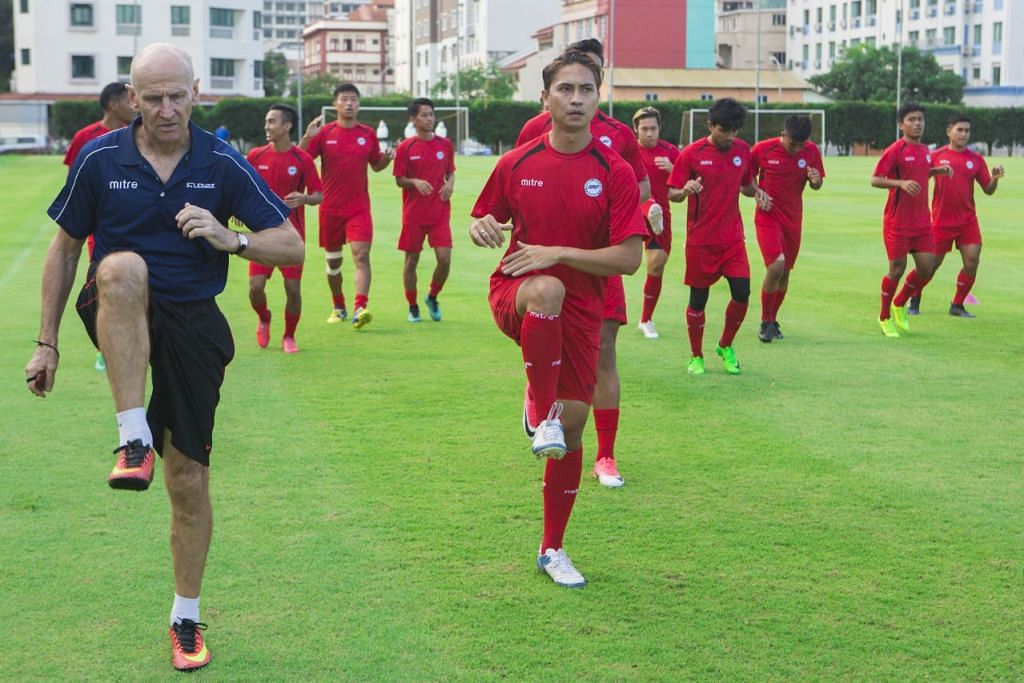 Pemain Pasukan Pilihan Singapura berlatih untuk Piala Sultan Selangor yang akan berlangsung di Stadium Nasional Singapura malam Sabtu. FOTO: Qashrul Hidafi