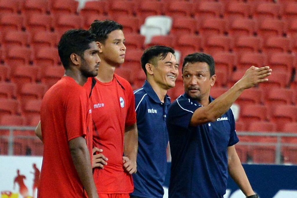 PERCAYA KEPADA PEMAIN: Fandi memberi arahan kepada pemain ketika sesi latihan untuk perlawanan Piala Sultan Selangor. FOTO: Zainal Yahya