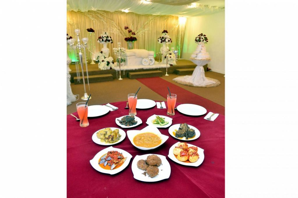 PERNIAGAAN KELUARGA: Cik Rokiah dan Encik Mohamad sekarang dibantu sepenuh masa oleh dua anak mereka, Encik Nizam Fairuz (kiri) dan Encik Nizam Firdaus, dalam mengendalikan restoran mereka, d'Pelangi, yang menyediakan nasi Padang setiap hari dan pakej hidangan bagi majlis seperti perkahwinan dan acara korporat. - Foto-foto M.O. Salleh