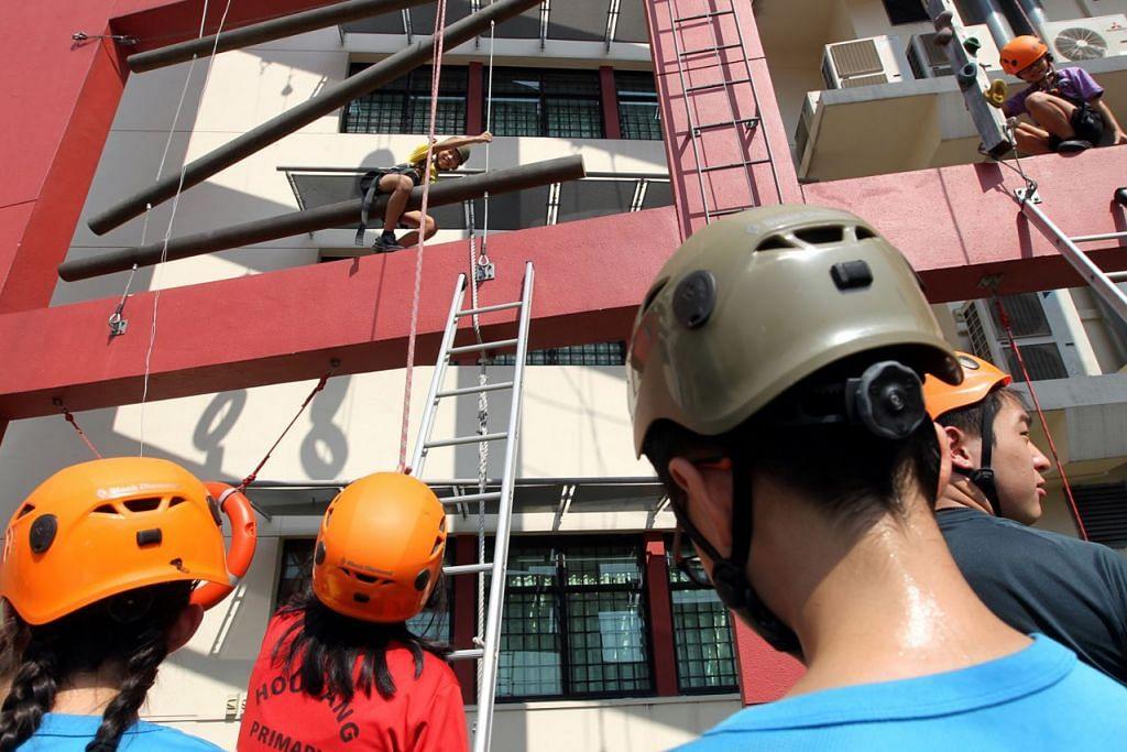 KEGIATAN LUAR DARJAH: Sekolah Rendah Hougang menawarkan kegiatan sukan memanjat. – Foto fail