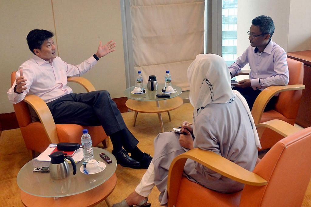 TEMU RAMAH BERSAMA MENTERI PENDIDIKAN: Encik Ng (kiri) dalam wawancara bersama wartawan Berita Minggu Encik Adli Yashir Kuchit dan Cik Shahida Sarhid. – Foto KHALID BABA