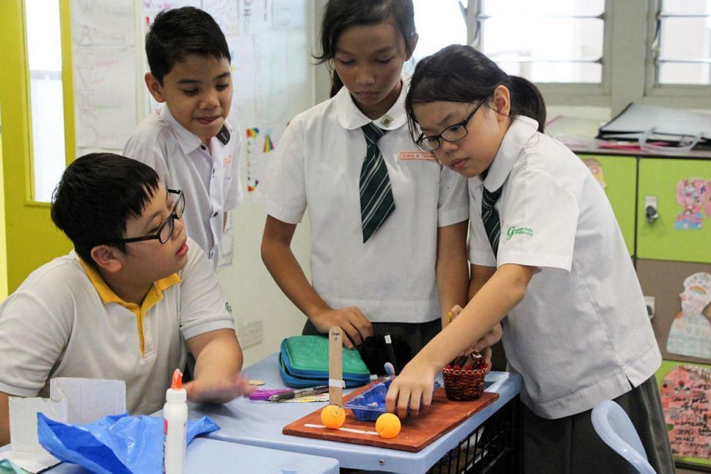 PUPUK MINAT: Sekolah Rendah Greendale (atas) mempunyai program pembelajaran gunaan yang membimbing murid membuat mainan. – Foto SEKOLAH RENDAH GREENDALE