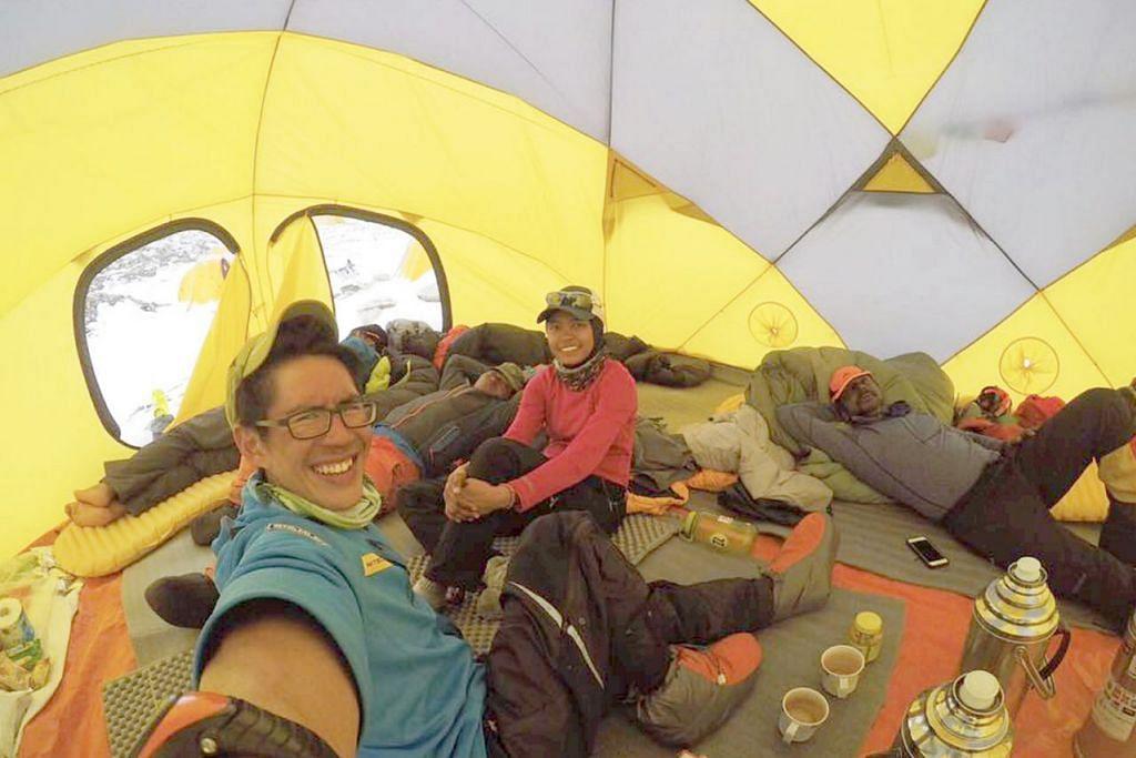BEREHAT SEBELUM SAMPAI KE PUNCAK: Pasukan NTU-NIE Everest Team Singapore yang dianggotai Cik Nur Yusrina (tengah), Encik Tong (berbaju biru) dan Dr Saravana (kanan) berehat dalam khemah mereka sebelum meneruskan pendakian ke puncak. – Foto NTU-NIE EVEREST TEAM