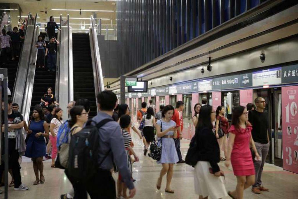 Para penumpang di stesen MRT Bukit Panjang di Laluan Downtown. Foto fail.