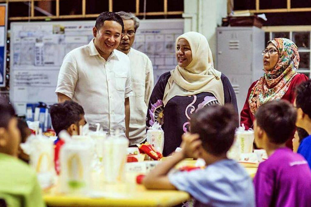 BERAMAH MESRA: Encik Amrin (kiri) bersama ahli psikologi pendidikan yang juga sukarelawan RKM, Dr Sharifah Mariam Aljunied (dua dari kanan), dan dua kakitangan RKM bersahur bersama kanak-kanak rumah kebajikan itu semalam. – Foto FACEBOOK AMRIN AMIN