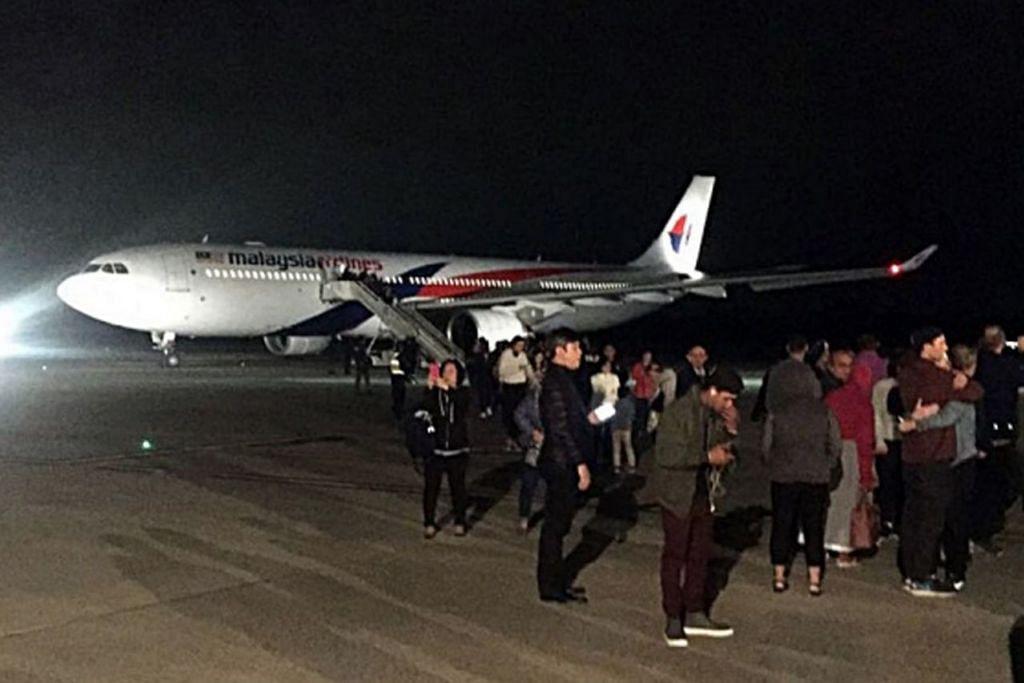 BUAT PENDARATAN CEMAS: Pesawat MAS ini terpaksa berpatah balik ke di Lapangan Terbang Melbourne. – Foto-foto REUTERS