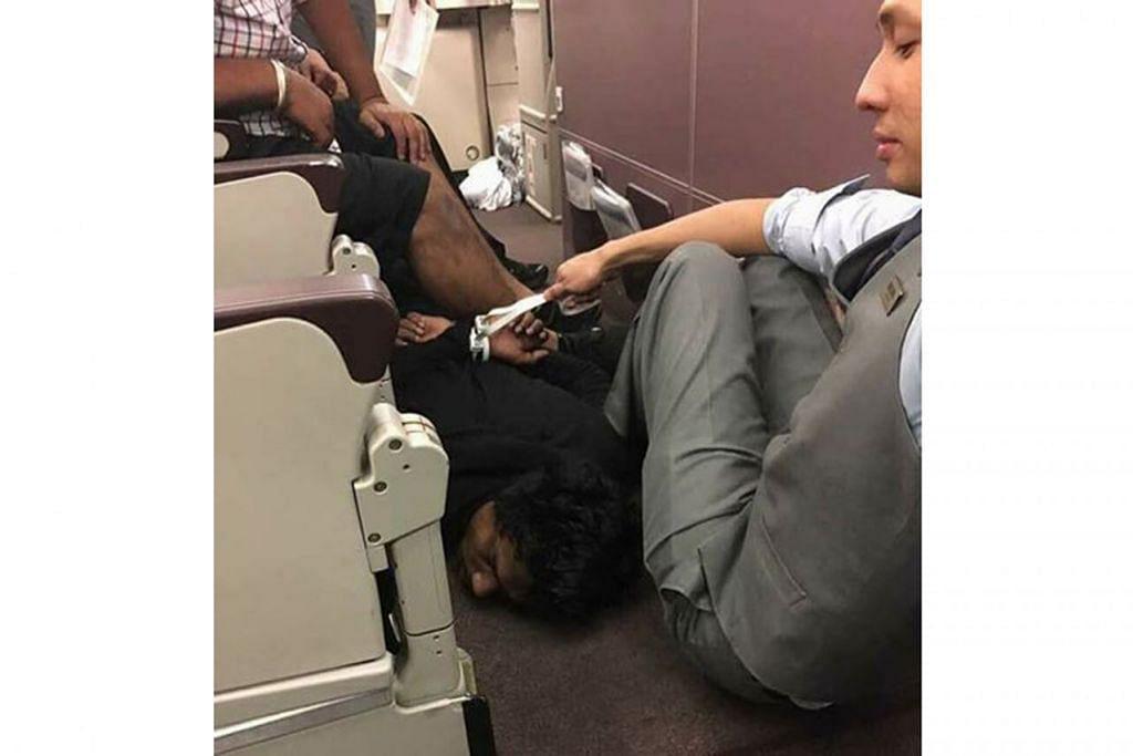 Kru pesawat mengawal penumpang yang membuat ancaman bom dengan tangannya diikat dan dipaksa baring di lantai.