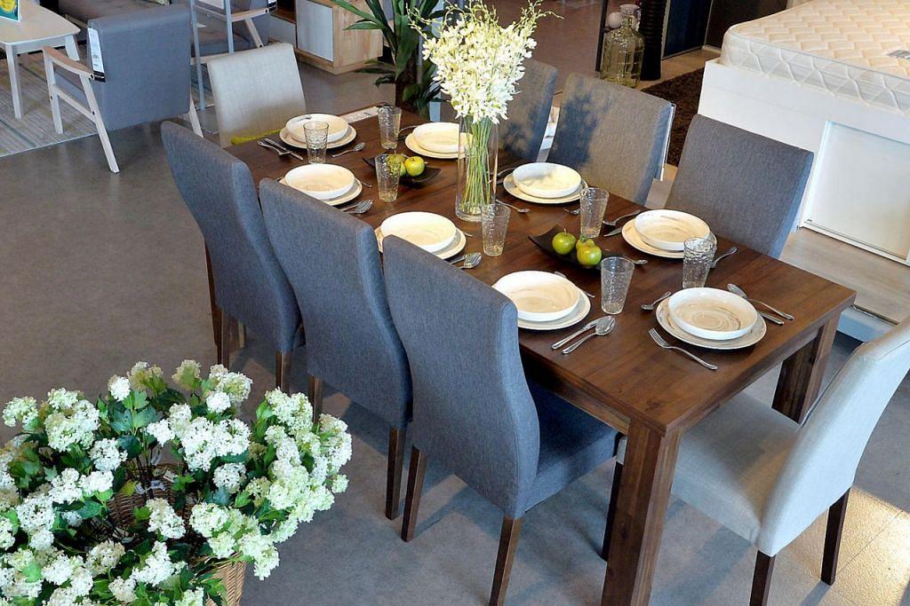 MUDAH DIPANJANGKAN: Walaupun pada asalnya meja makan Cartago ini boleh memuatkan hanya empat kerusi, jika dipanjangkan, ia boleh memuatkan sehingga lapan kerusi – memudahkan apabila ramai tetamu di rumah.