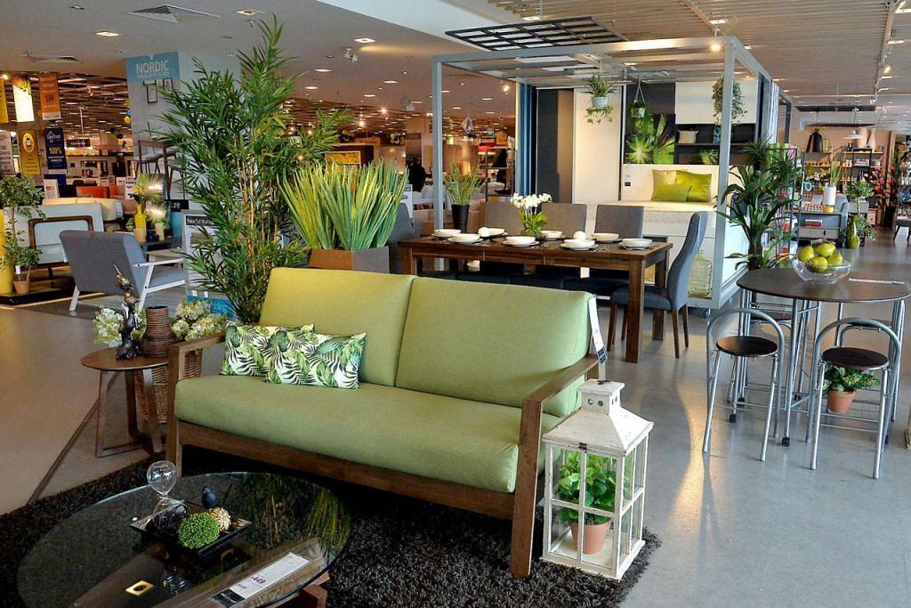 RUMAH SEPERTI TAMAN: COURTS juga menyajikan perabot berkonsepkan 'luaran' yang menghijau buat pelanggannya. – Foto-foto M.O. SALLEH