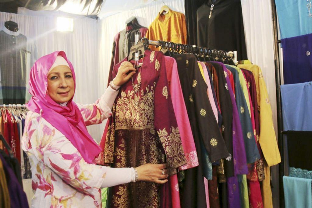 MENGEKALKAN TRADISI: Antara pakaian di butik Mona J ialah baju songket panjang rekaan Cik Mona sendiri. – Foto NUR HUMAIRA SAJAT