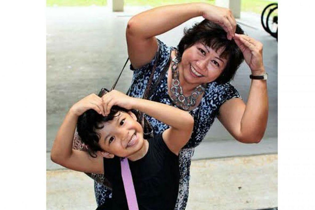 JAGA CUCU LEPAS BERSARA: Cik Rosna Abdul Jalil mula menjaga cucunya, Rachel Natasha, selepas beliau bersara dua tahun lalu. – Foto ihsan ROSNA ABDUL JALIL
