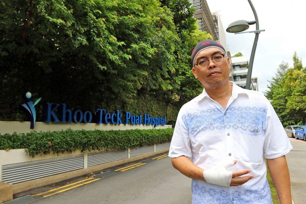PENGALAMAN NGERI: Lif yang dinaiki Encik Zulkiffle bersama keluarganya di Jurong West Sabtu lalu jatuh empat tingkat, menyebabkan tangannya bengkak dek memaksa buka pintu lif itu sebelum pegawai SCDF tiba. – Foto SHAHRIYA YAHAYA