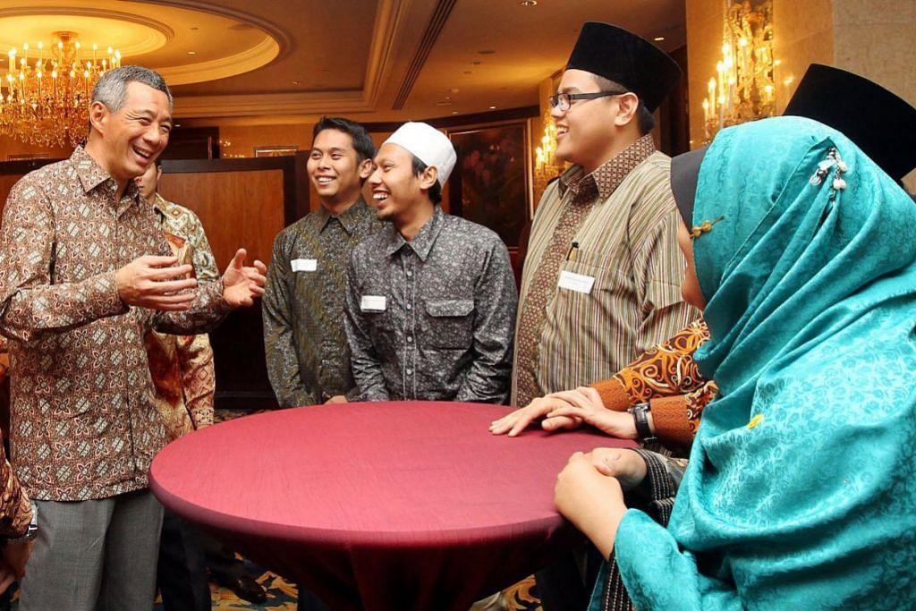 KONVENSYEN MASJID: Perdana Menteri Lee Hsien Loong (kiri) bercakap dengan pemimpin, pegawai dan relawan masjid yang menghadiri sesi dialog tertutup sebagai sebahagian daripada Konvensyen Masjid 2011.