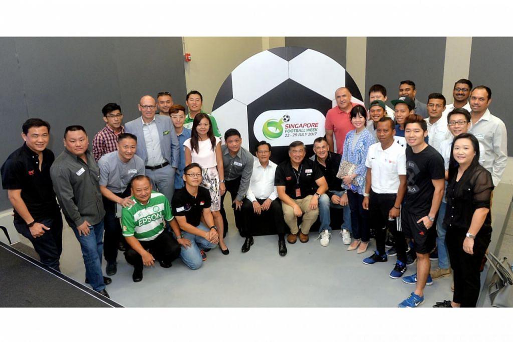 BERSAMA SEMARAK BOLA SEPAK: Lim Teck Yin (duduk, tengah) bergambar bersama rakan bola sepak lain yang akan menjayakan Minggu Bola Sepak Singapura. Turut menghadiri sidang media semalam ialah presiden Persatuan Bola Sepak Singapura (FAS), Lim Kia Tong (duduk, kiri). - Foto KHALID BABA