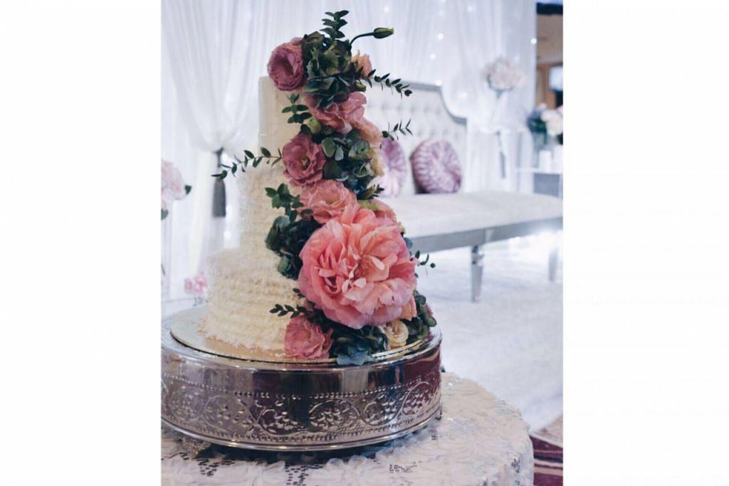 SENTUHAN KREATIF: Kek kahwin SimplyNuha's Kitchenette ini ciptaan Cik Nurazlina Ghazali. – Foto-foto ihsan NURAZLINA GHAZALI