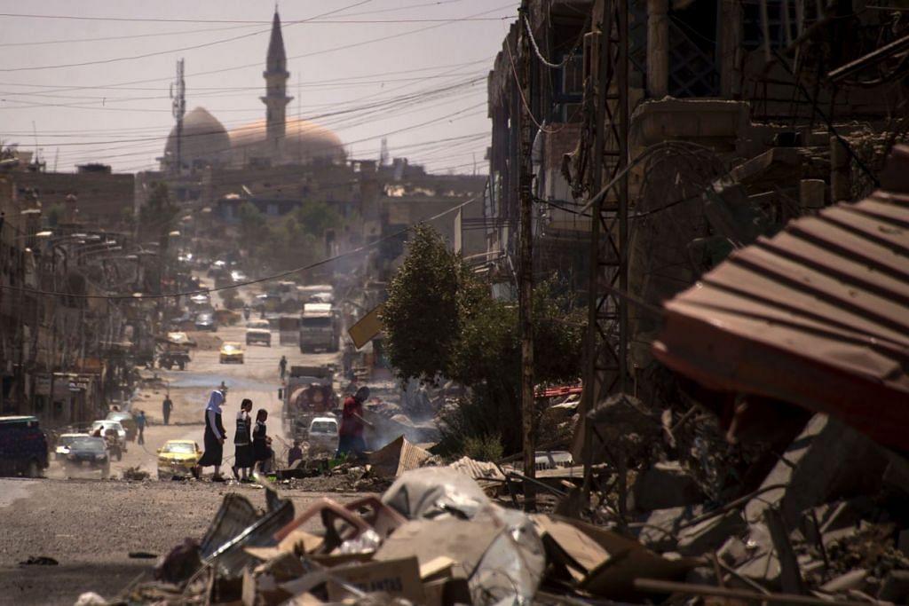 MOSUL – SELEPAS ISIS DITUMPASKAN - SISA KEMUSNAHAN: Keadaan penuh menyedihkan di Mosul setelah tentera pihak berkuasa Iraq menewaskan kumpulan militan ISIS, yang menguasai kota itu selama tiga tahun sebelum ini. - Foto AFP