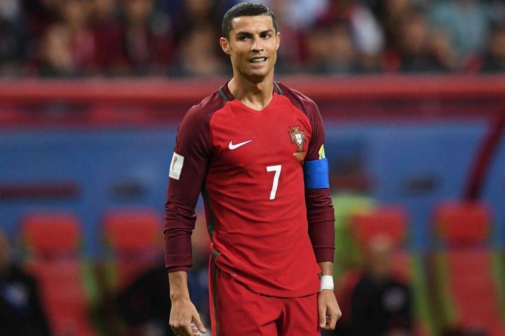BATALKAN HASRAT: Pengurus Manchester United, Jose Mourinho, telah membatalkan hasratnya mendapatkan semula bintang Portugal Cristiano Ronaldo (atas) kerana 'kesukaran ekonomi'. - Foto AFP