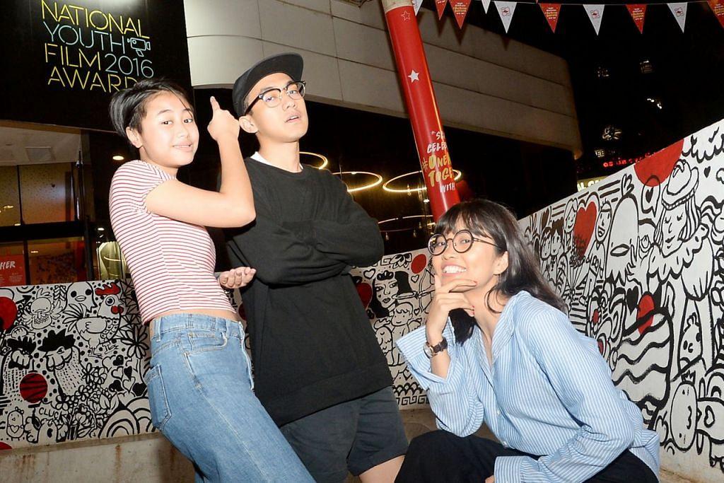 GEMBIRA DICALON: (Dari kiri) Cik Nur A'in Roslan, Encik Muhammad Anwar Bahajjaj dan Cik Siti Suherni Mohamed Jailani gembira dan tidak sangka mereka dialonkan bagi Anugerah Filem Belia Negara (NYFA). - Foto JOHARI RAHMAT