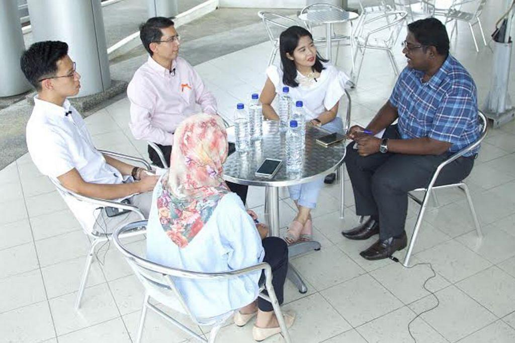 BINCANG TENTANG KAUM: Dr Muhammad Faishal Ibrahim (dua dari kiri) dalam sesi perbincangan meja bundar bersama (mengikut putaran jam) Cik Nur Syamimi Awalludin (bertudung); Encik Ng Keng Gene; moderator yang juga wartawan BH, Cik Ervina Mohd Jamil; dan Encik Wilson Silas David. - Foto ZALEHA ABDUL KADER