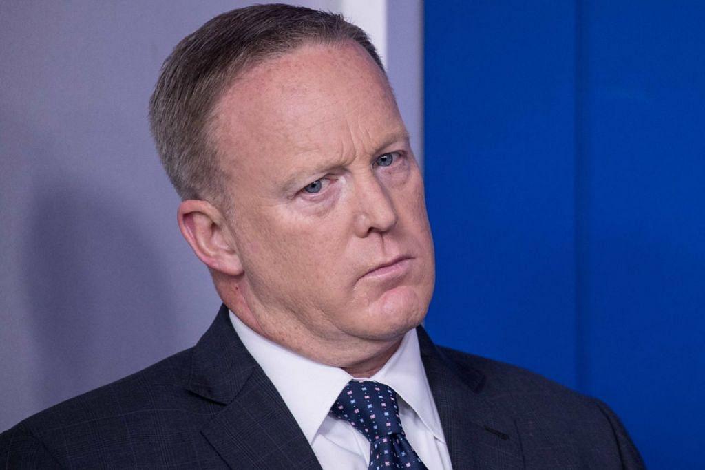 HANYA 183 HARI: Encik Sean Spicer meletak jawatan sebagai Setiausaha Akhbar Rumah Putih kerana membantah penyusunan semula pentadbiran Presiden Trump. - Foto fail AFP
