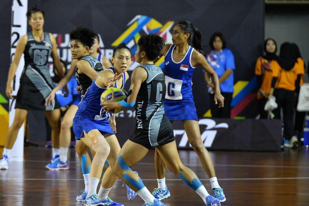 TEWASKAN THAILAN: Vanessa Lee (tengah) mencari peluang untuk merebut bola dari pemain thai FOTO: Siti Aisyah Nordin