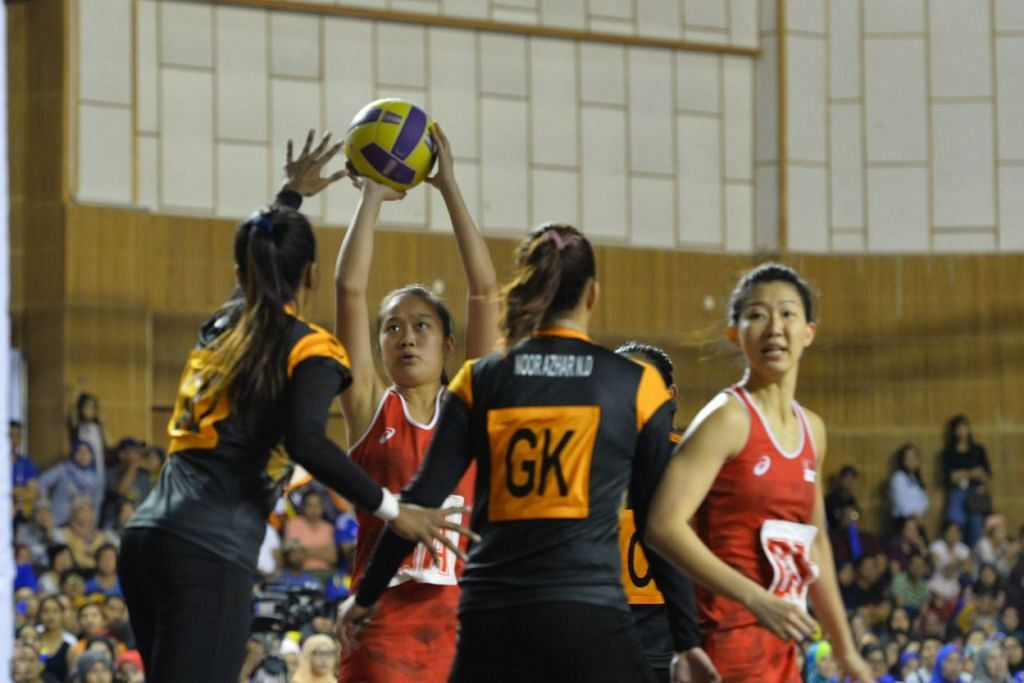Toh Kai Wei menjaringkan bola sementara pemain Malaysia cuba menghalang. FOTO: Siti Aisyah Nordin