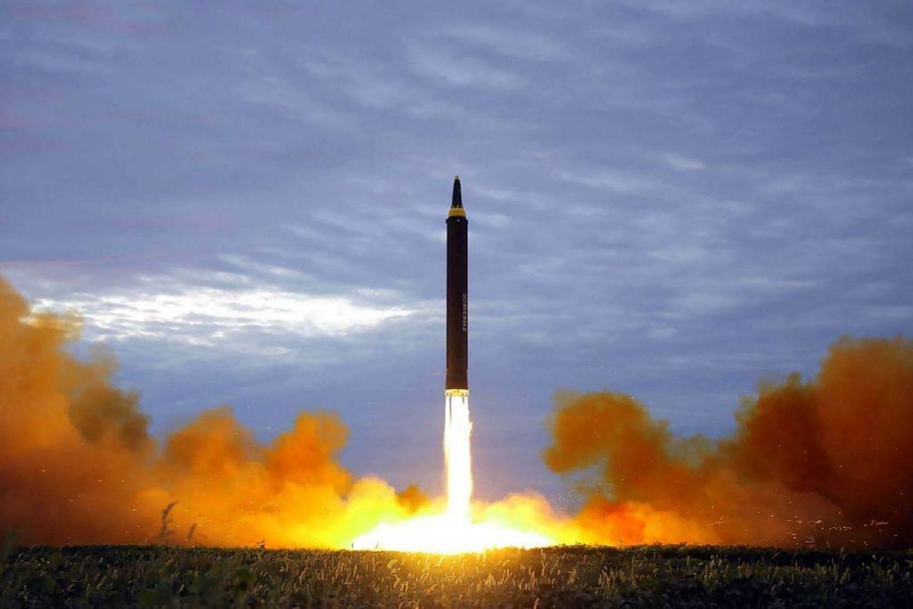 TINDAKAN PROVOKASI: Peluru berpandu jarak sederhana Hwasong-12. Ini jenis peluru berpandu yang dilancarkan Korea Utara kelmarin melintasi Jepun ke Lautan Pasifik. - Foto AFP