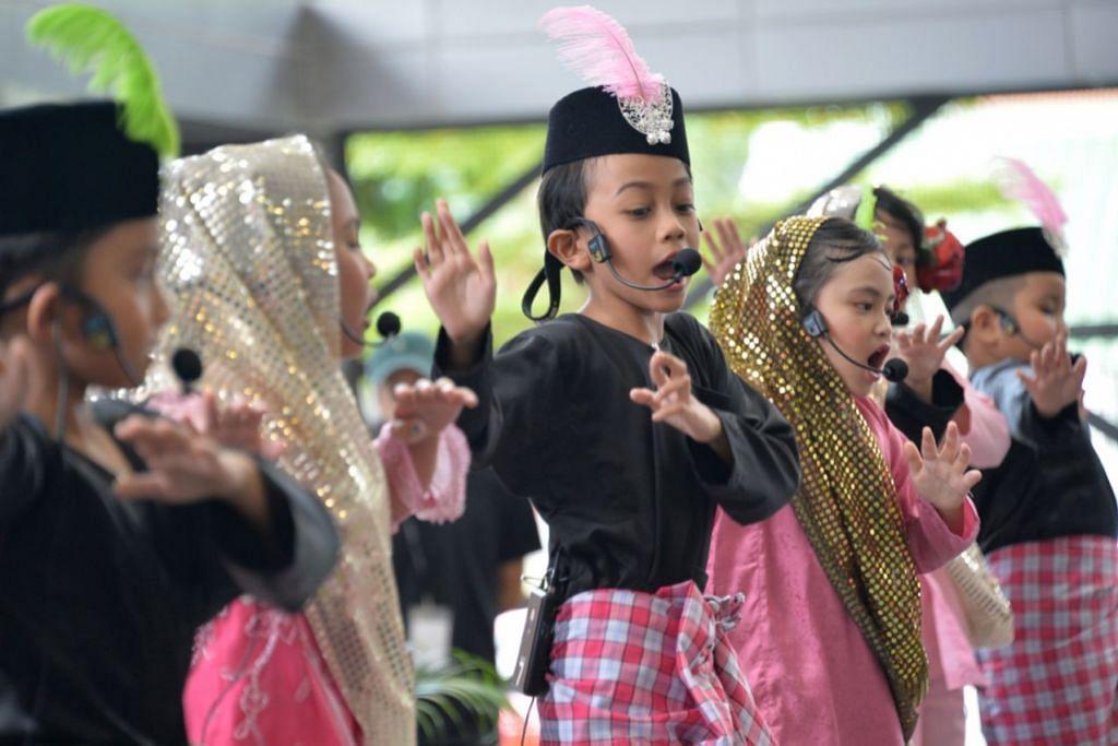 CINTAKAN BAHASA MELAYU SEJAK DARI KECIL: Salah satu acara prapelancaran Bulan Bahasa ialah acara Gema Si Cilik Mega yang diadakan di Kelab Masyarakat Tampines West pada 27 Ogos lalu. – Foto ZAINAL YAHYA