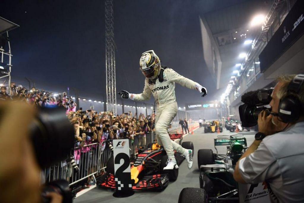 JUARA: Hamilton menyambut kemenangannya selepas menjadi juara perlumbaan GP Singapura malam ini.