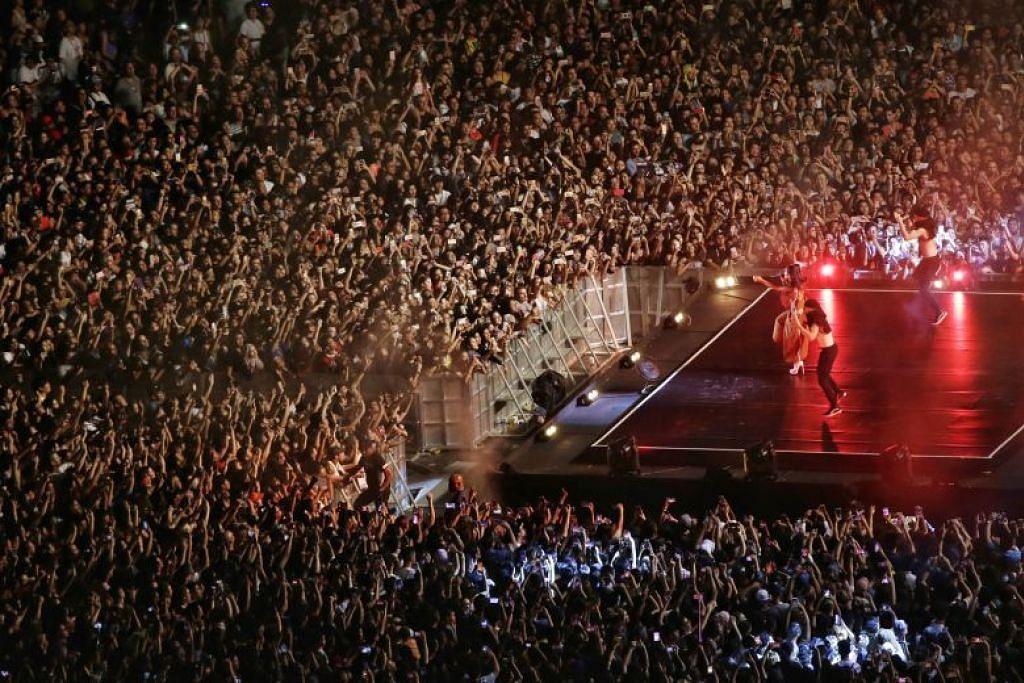 KONSERT F1: Penyanyi pop Ariana Grande menggegarkan Litar Marina Bay malam tadi apabila beliau menghiburkan 50,000 penonton di Grand Prix Singapura Singapore Airlines 2017.