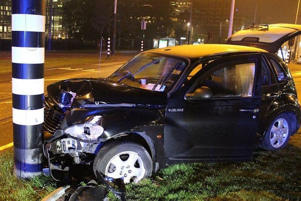 Penyerang Manchester City, Sergio Aguero, berkata tulang rusuknya patah selepas teksinya melanggar tiang lampu di Amsterdam (atas).