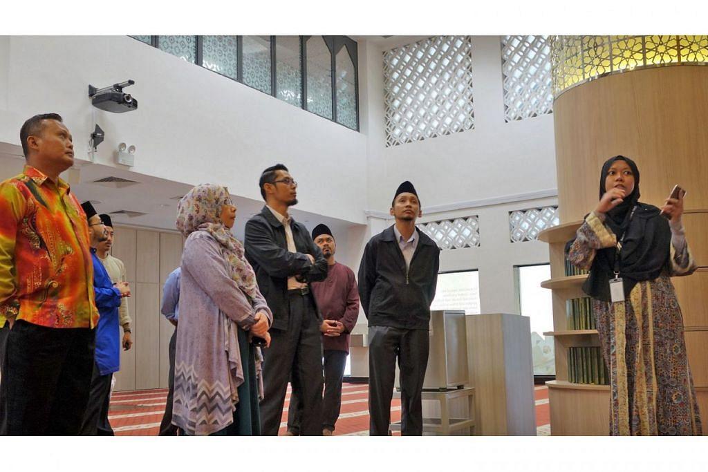 DAPATKAN PANDUAN: Delegasi Sarawak melawat Masjid Al-Falah di Orchard Road, antara tiga masjid yang dikunjungi. – Foto MUIS