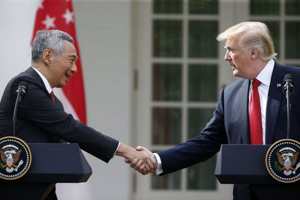 Perdana Menteri Encik Lee Hsien Loong (kiri) berjabat tangan dengan Presiden Amerika Syarikat Donald  Trump di Rumah Putih, semasa lawatannya ke Washington.
