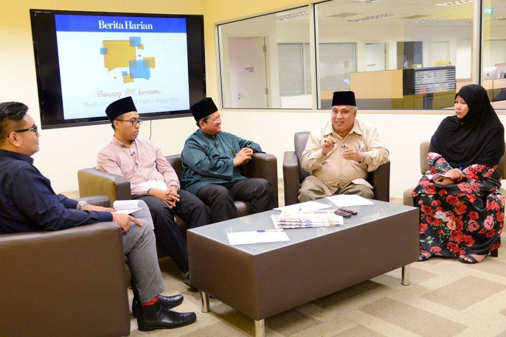 TERUS BERKEMBANG: Mufti Singapura Dr Muhamed Fatris Bakaram (baju hijau) memimpin perbincangan berkenaan Skim Pengiktirafan Asatizah (ARS) di Berita Harian pada September 2016, beberapa bulan sebelum ia menjadi mandatori pada 2017.